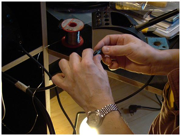 Könnerhände verbinden Kabel und XLR-Stecker