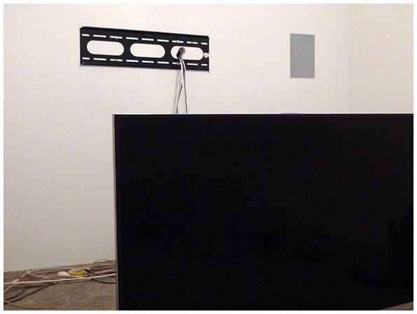 Der erste Smart TV wartet auf Anbringung an der Wandhalterung.