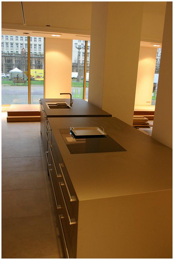 Die ersten Küchenkomponenten werden platziert. das Ambiente wirkt offen und einladend.