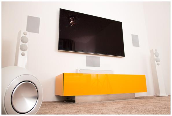Das gelbfarbene Rack/Board von Creaktiv enthält und versteckt die Audio-/Video-Kompontenten