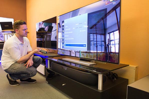 Die Konfiguration des Samsung 55HU7590. Unser Mitarbeiter Robert weiß, was zu tun ist.
