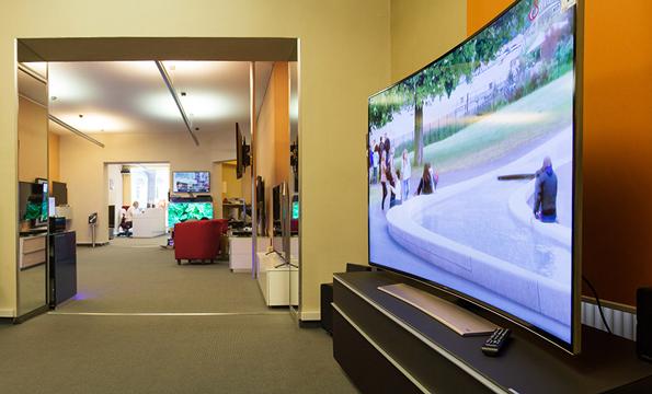 Eröffnet neue Perspektiven: Das Curved-Design des Samsung 65HU8590