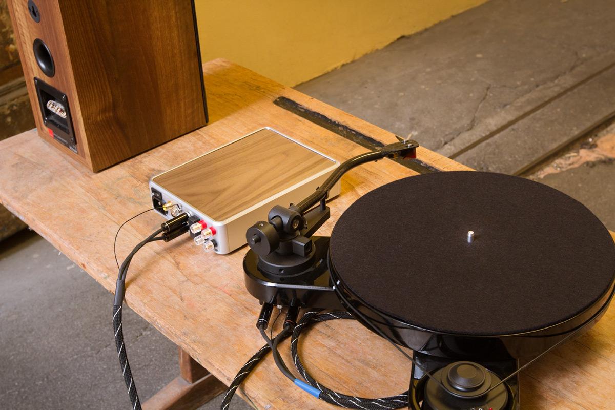 PS Audio Sprout, Pro-Ject RPM 1 Carbon und Dali Zensor 1 Nahaufnahme von hinten