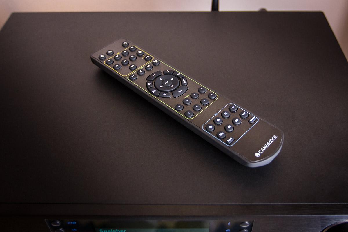 Netzwerk-Player, CD-Spieler und Verstärker lassen sich auch ganz klassisch per Fernbedienung steuern