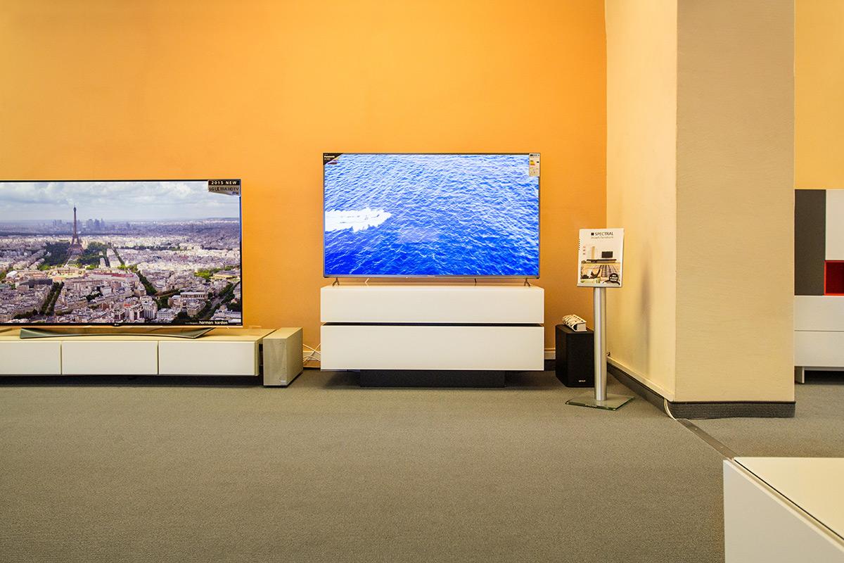 Panasonic TV auf einem Möbel von Spectral. Gute Kombination!