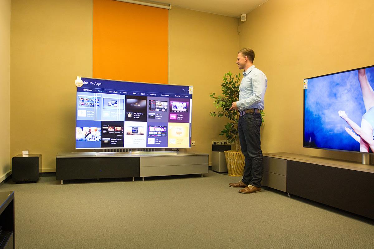 Unser Mitarbeiter Robert erkundet das App-Angebot bei Samsungs neuen SUHD-Fernsehern.