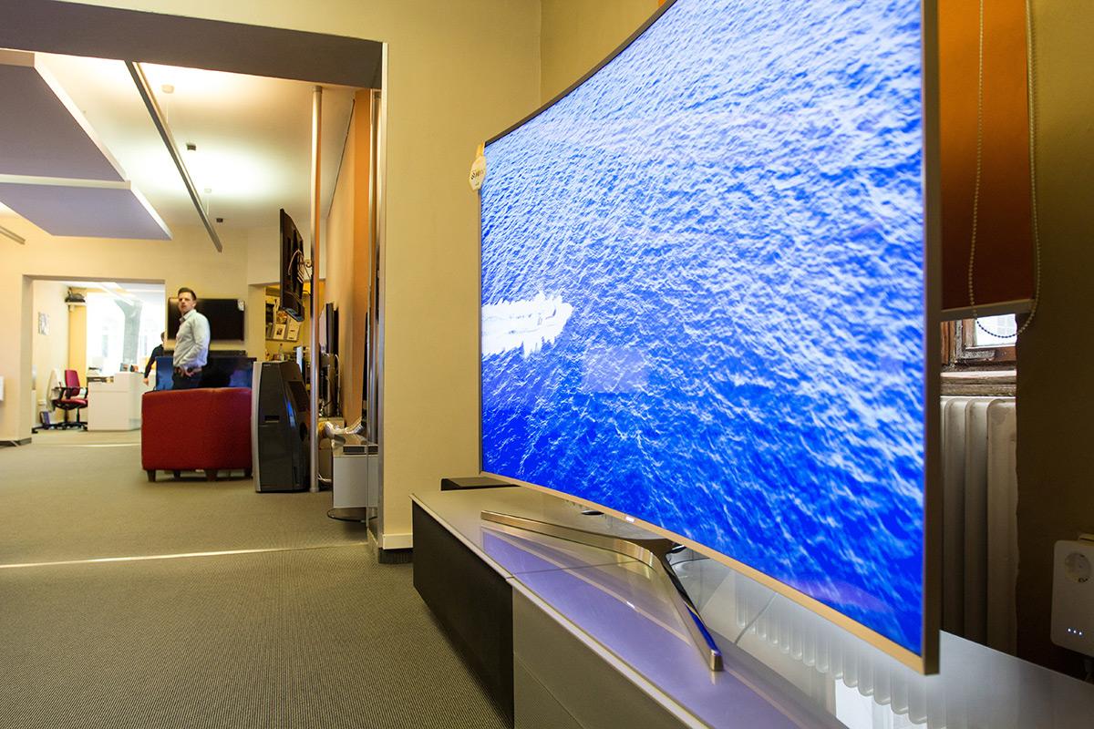 Schicker SUHD Fernseher von Samsung mit Blick in Richtung Eingang