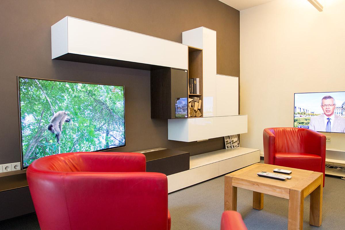 Sitzecke im Eingangsbereich mit Spectral Ameno System-Möbel.