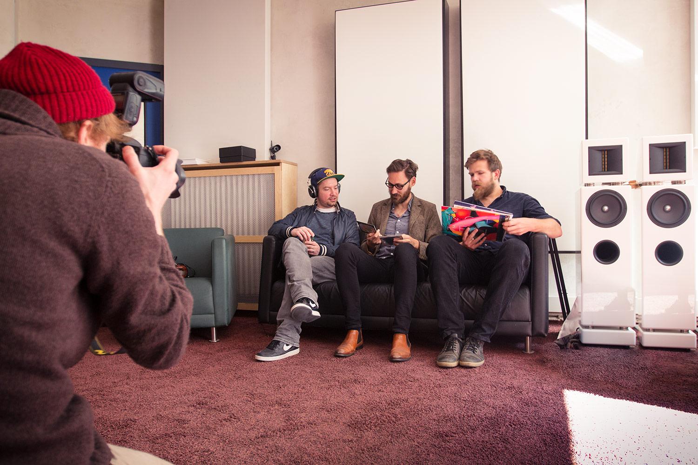 Die Versuchsteilnehmer und der Fotograf vom Musikexpress-Team
