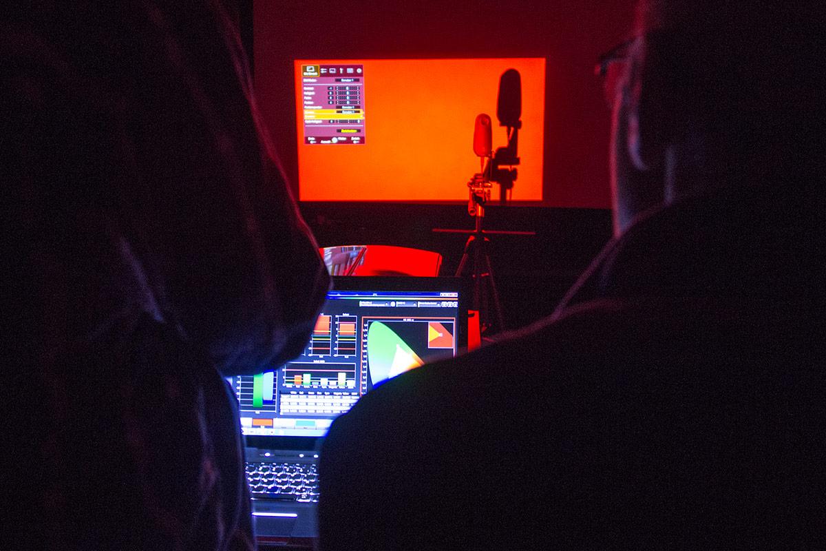 raphael-vogt-hifi-im-hinterhof-projektor-kalibrierung-1