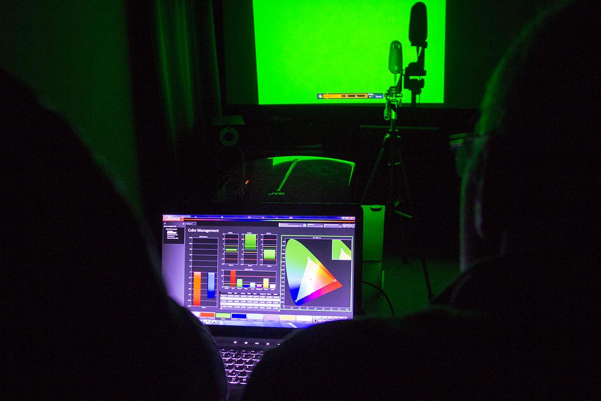 raphael-vogt-hifi-im-hinterhof-projektor-kalibrierung-3
