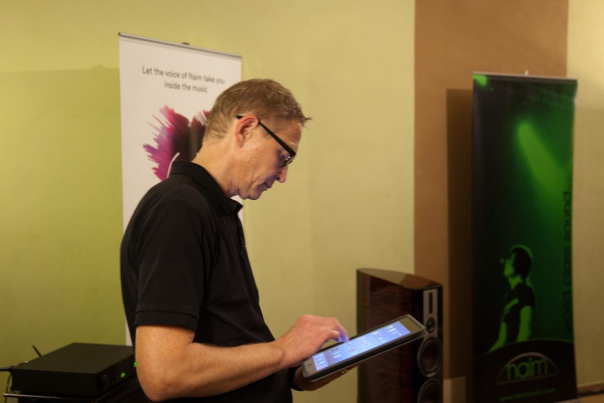 Stefan Rodau wählt die Tracks auf dem iPad aus