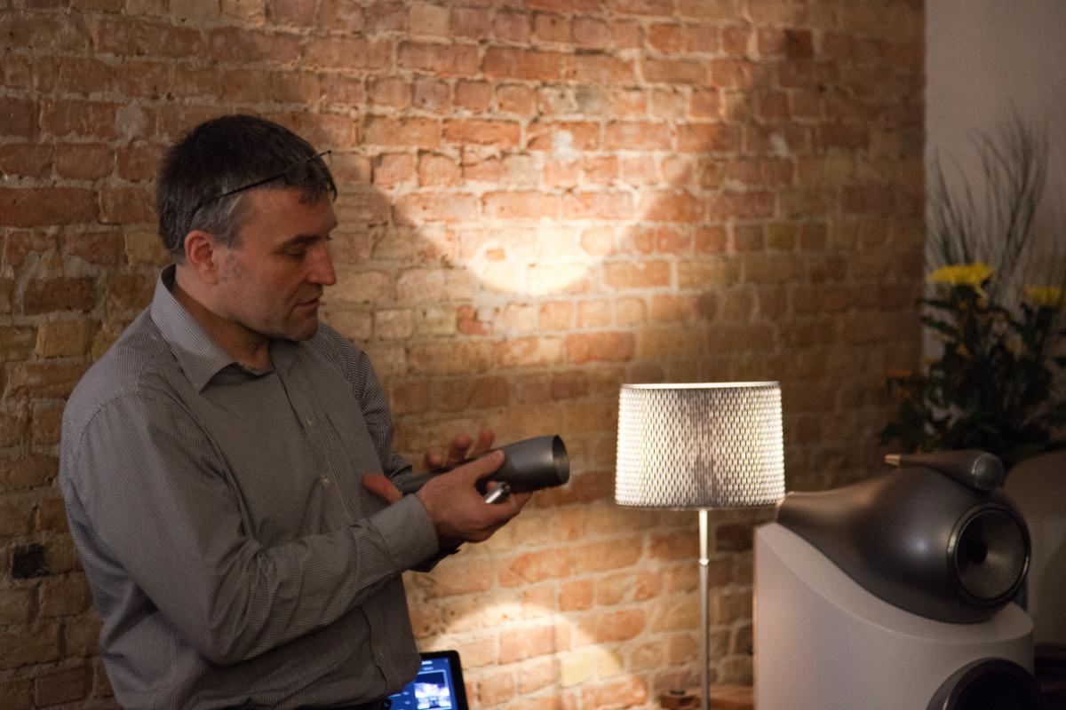 Ulf Soldan mit dem Hochtönergehäuse, das in der neuen Bowers & Wilkins 800 D3 Serie zum Einsatz kommt.