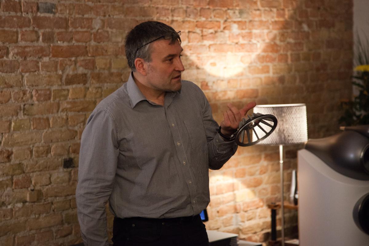 Ulf Soldan mit dem Mitteltönerkorb, der in der neuen Bowers & Wilkins 800 D3 Serie zum Einsatz kommt.