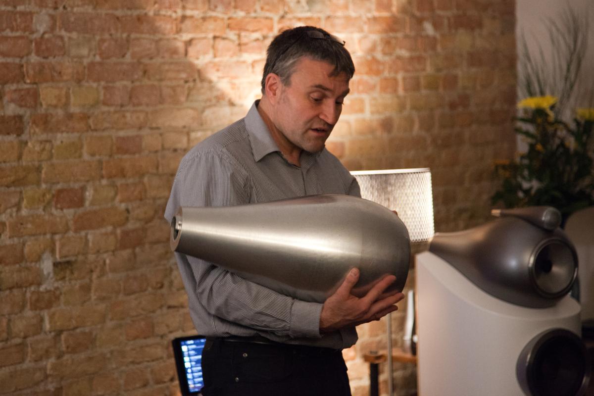 Ulf Soldan mit dem Mitteltönergehäuse, das in der neuen Bowers & Wilkins 800 D3 Serie zum Einsatz kommt ... 17 kg schwer.