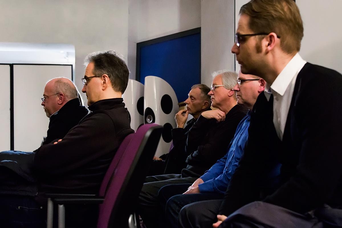 ... das Publikum hört interessiert zu.