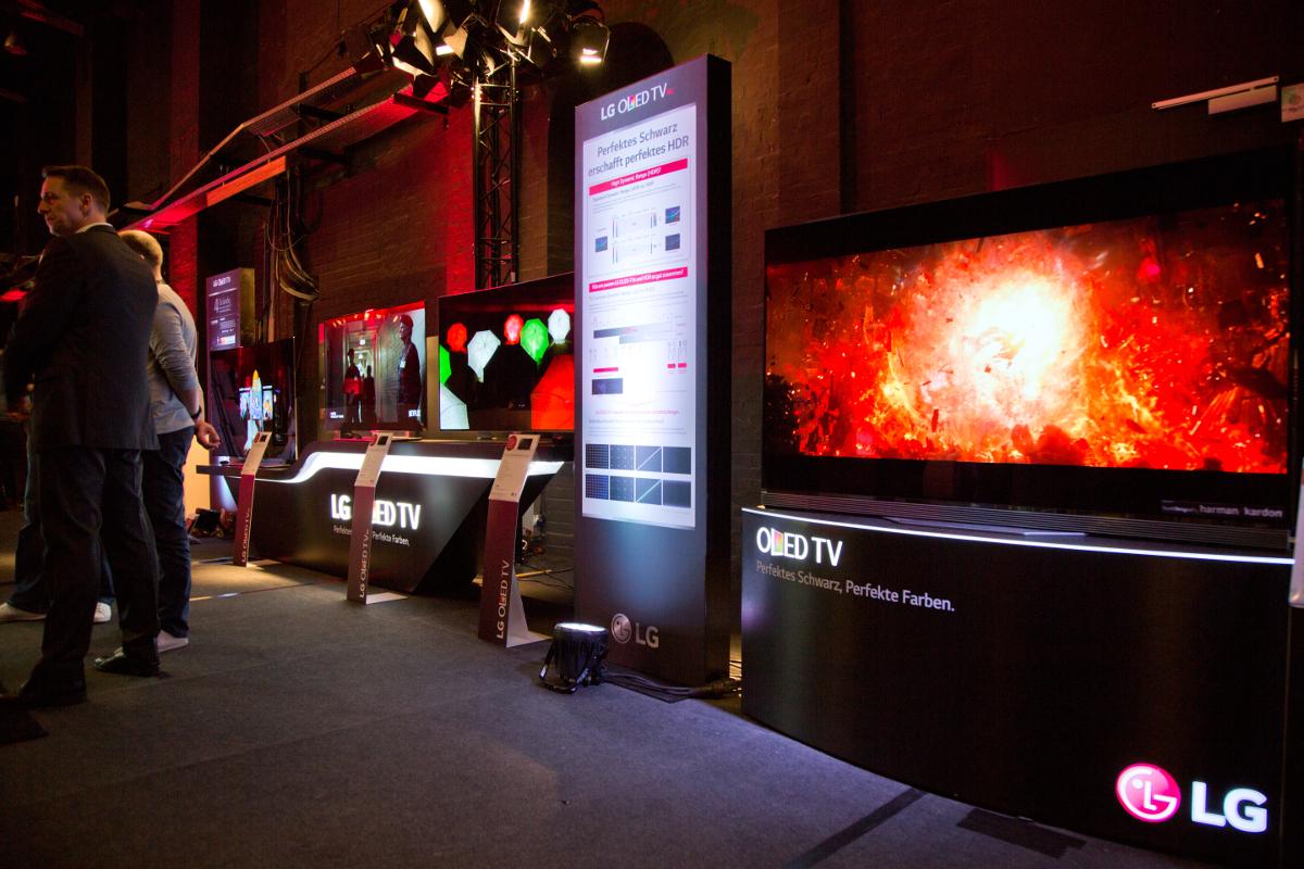 Die OLED-TVs von LG im Eingangsbereich der Halle