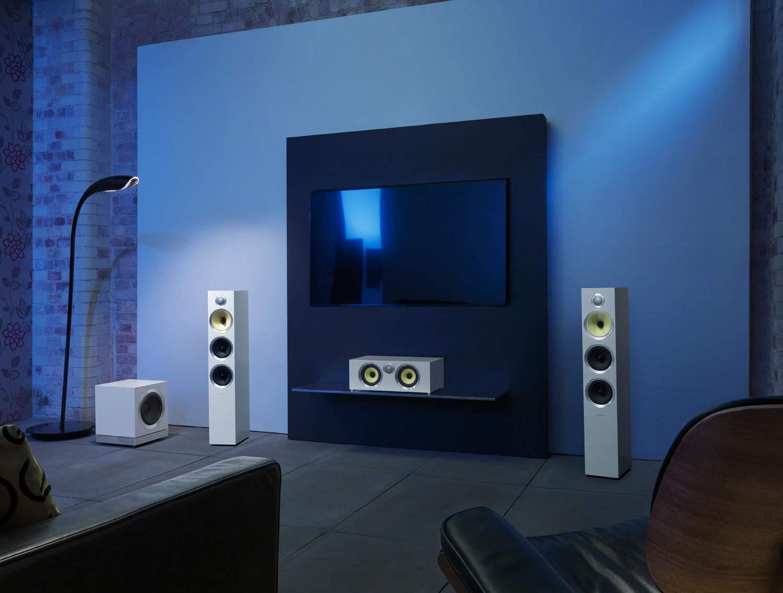 Die Bowers & Wilkins DB3D in weißer Ausführung im Wohnraum