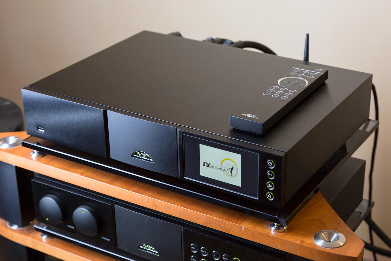 Der Naim Audio ND 555 und die mitgelieferte, klassische Fernbedienung