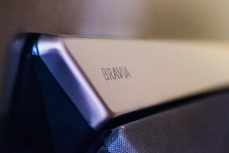 Die Aktuatoren des Sony AF9 befinden sich in dem Metallgehäuse mit dem Bravia Logo