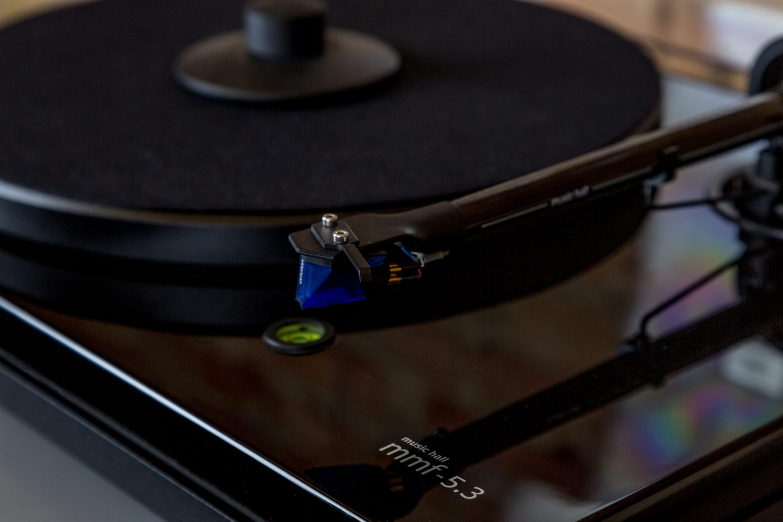 Der Music Hall mmf 5.3 verfügt über einen 9-Zoll-Karbontonarm mit Ortofon 2M Blue Tonabnehmer-System