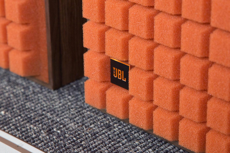 Liebe zum Detail: Das JBL-Logo ist in die Abdeckung der L100 Classic eingearbeitet