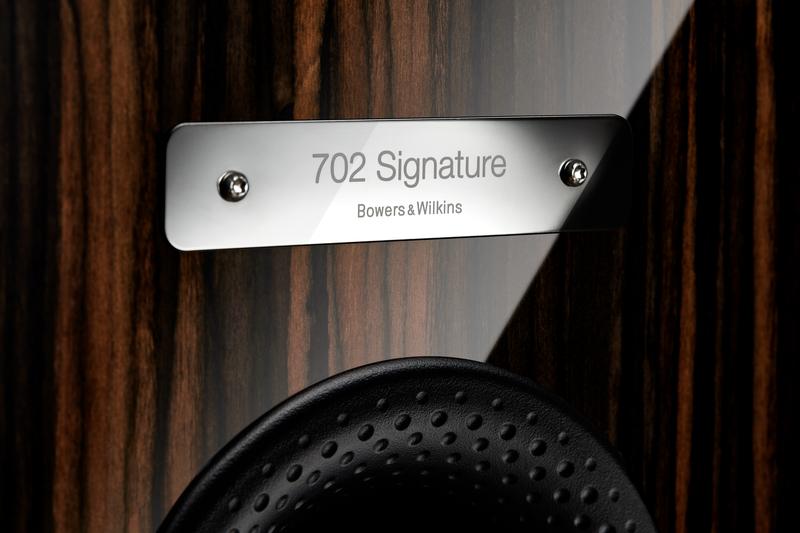 Die Plakette des Bowers & Wilkins 702 Signature