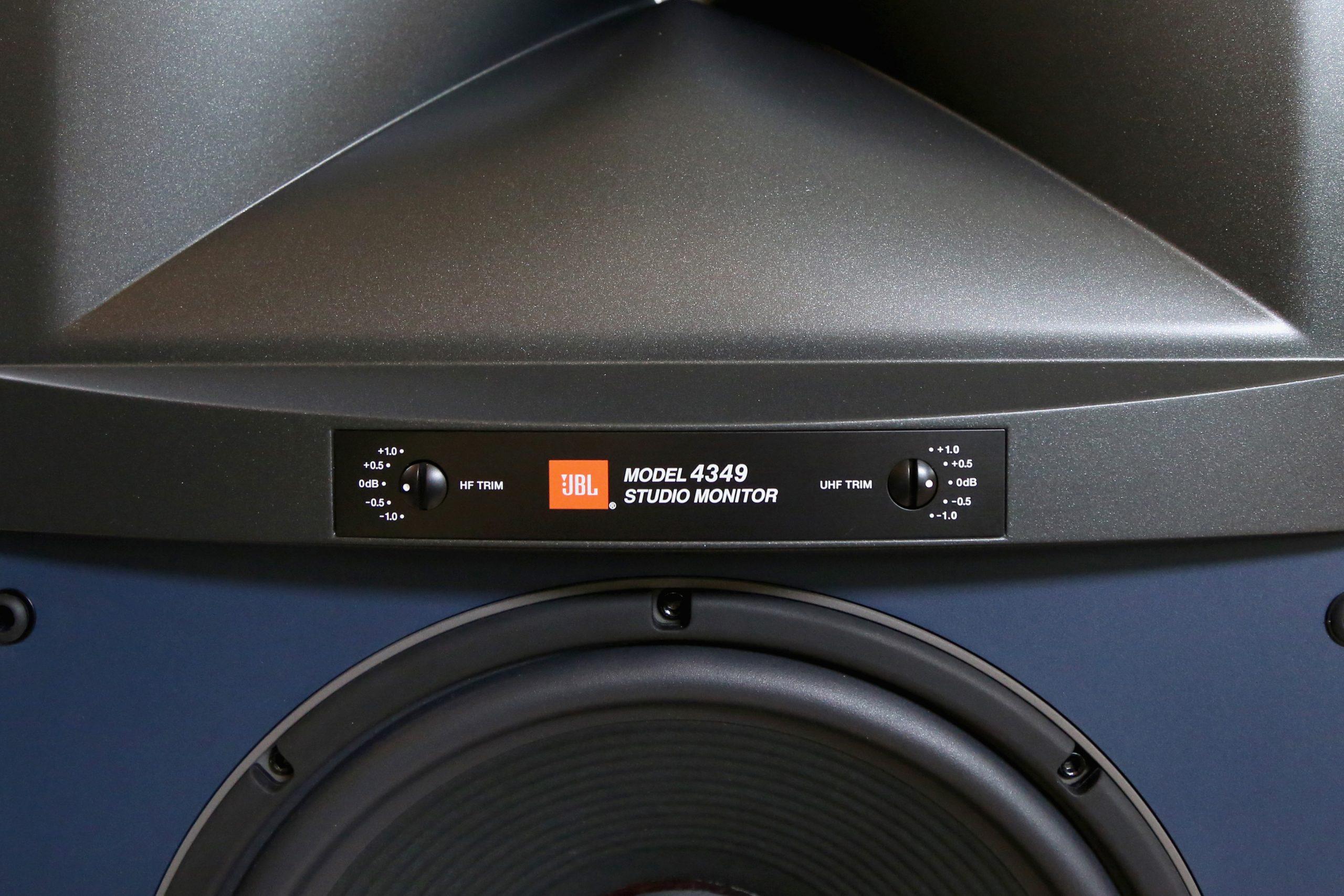 Die Hochfrequenz- und Ultrahochfrequenz-Dämpfungsregler befinden sich direkt auf der Frontseite